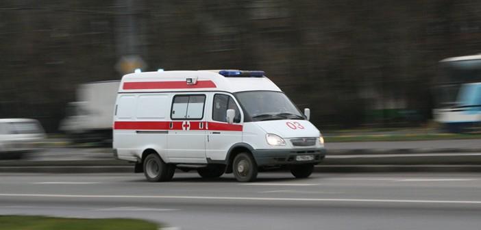 Автомобиль скорой помощи на дороге
